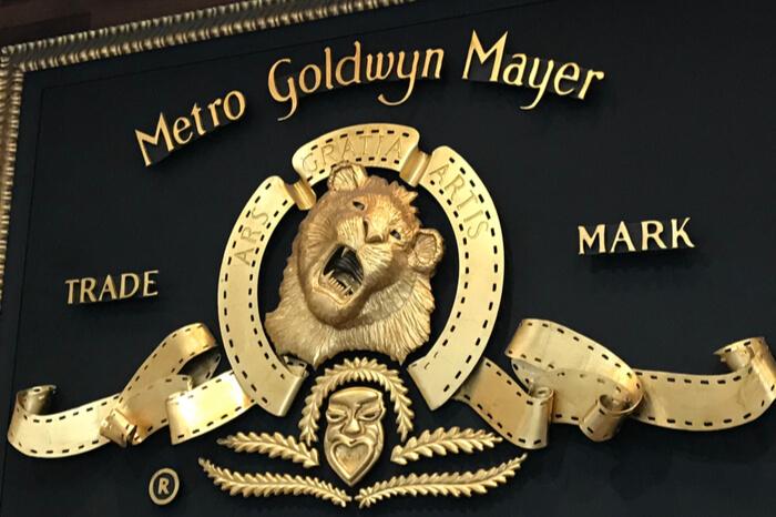 Nahaufnahme eines goldenen MGM Logos