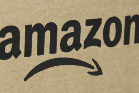 Amazon-Karton mit traurigem Smiley