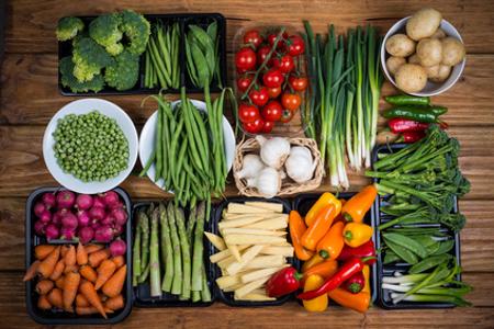 Lebensmittel auf Holztisch