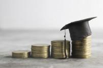 Geld für Bildung: Absolventenkappe auf Münzstapel