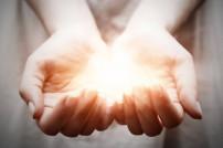 Hände mit Licht