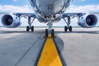 Flugzeug auf einer Startbahn