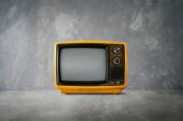 Retro-Fernseher in Gelb
