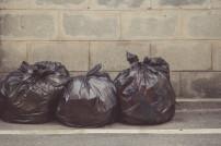 Mehrere Müllbeutel stehen nebeneinander