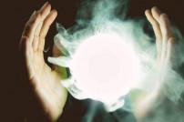 Hände mit einem beleuchteten Nebel