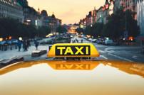 Taxi mit einer Stadt im Hintergrund
