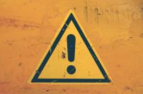 Achtungszeichen auf gelbem Grund