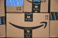 Verschiedene Amazon-Pakete auf einem Stapel