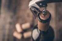 Weinflasche, die gerade entkorkt wird