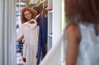 Lady probiert Kleid an