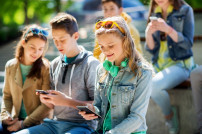 Teenager chillen mit Smartphones