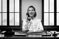 Schwarz-weiß-Foto:Sekretärin am Schreibtisch