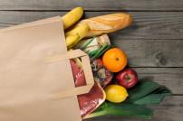 Lebensmittel in einer Einkaufstüte