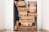 Amazon-Pakete vor einer Tür