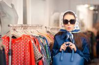 Frau Sonnenbrille Ladendiebstahl