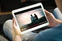 Jemand schaut sich einen Film auf einem Tablet an