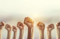 Geballte Hände in der Höhe