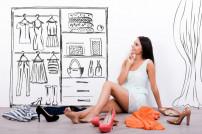Eine Frau sitzt auf dem Boden und wählt Kleidungsstücke aus