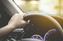 Hand am Steuer: Innenraum eines Autos