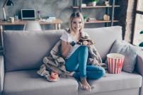 Lady schaut Serien auf der Couch