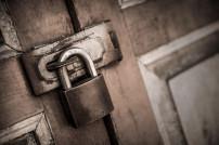 Verschlossen: Schloss vor einer Tür