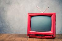 Retro-Fernseher auf einem Tisch
