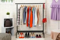 Garderobe mit verschiedenen Kleidungsstücken