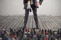 Vorgesetzter diktiert Gruppe von Mitarbeitern