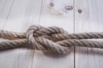 Zwei Seile mit einem Knoten verbunden