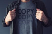 Mann trägt T-Shirt mit dem Schriftzug