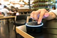 Amazon Alexa wird von Person benutzt