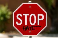 Stoppschild, auf dem Stop Hate steht
