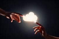 Zwei Hände, die eine Cloud berühren