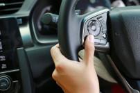 Hand an einem Lenkrad im Auto