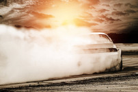 Auto, das driftet und Rauch produziert