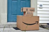 Amazonpakete vor Haustür