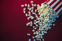 Popcorn-Tüte, die umgefallen ist