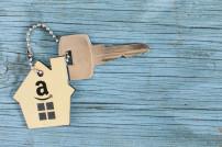 Schlüssel mit einem Schlüsselanhänger und Amazon-Logo