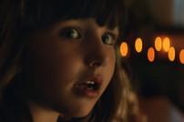 Ein Kind in dem Weihnachtsvideo von Amazon