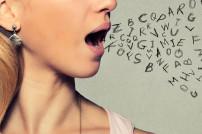 Frau mit Buchstaben vor dem Mund