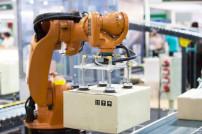 Roboterarm hebt Paket an
