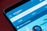 Smartphone-Bildschirm mit Amazon-Suchmaske