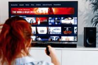 Frau schaut Amazon Prime Video
