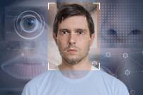 Mann mit Gesichtserkennung