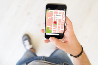 Mann guckt auf Smartphone mit Karten-App