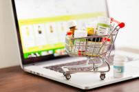 Einkaufswagen mit Medikamenten auf Laptop