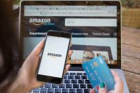 Hand mit Kreditkarte und Smartphone