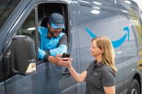 Mann und Frau vor Amazon-Van