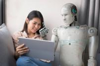 Roboter spricht mit Frau