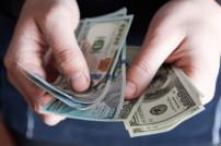 Mann zahlt mit Dollar